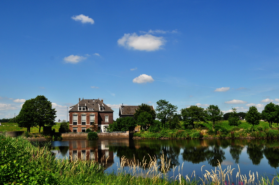 蓝天白云水,荷兰风车村。