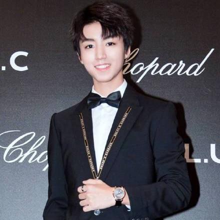 王俊凯优雅签名绅士范