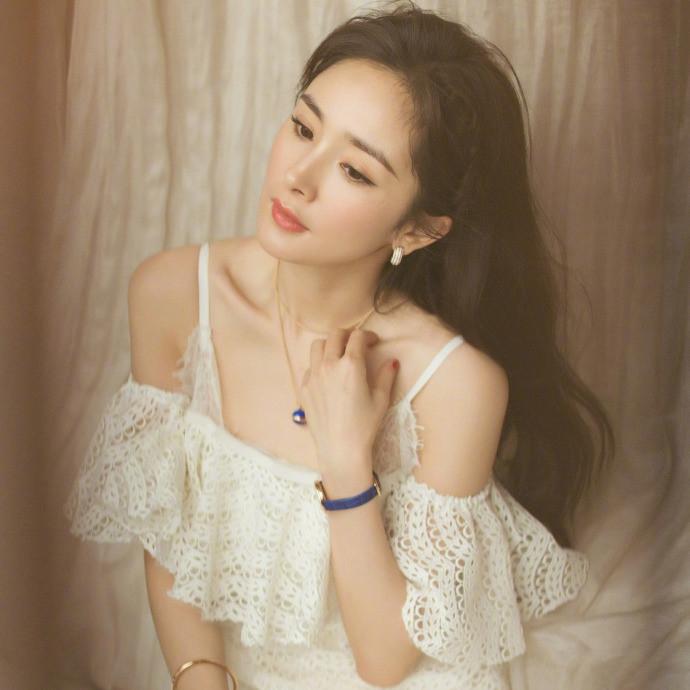 杨幂白色吊带裙风情万种