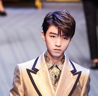 王俊凯再为时装周走秀
