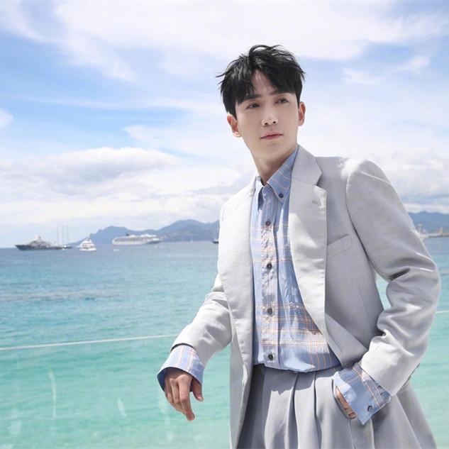 朱一龙海边穿蓝色西装拍大片