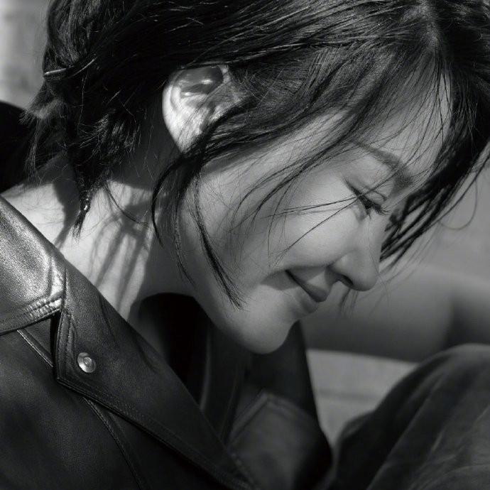 50岁许晴冻龄拍摄杂志大片